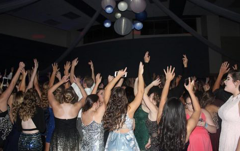 Lake Central students enjoy the music and dance the night away. Appreciating being with their friends and celebrating the 2018 Homecoming Dance. (Photo 通过: Sarah Huszar)